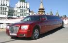 ярко-красный лимузин Крайслер
